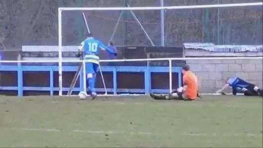 Até a vovó faria! Jogador perde gol incrível na Inglaterra