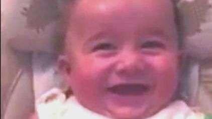 """Bebê tem ataque de riso e fica parecendo um """"vilão"""""""