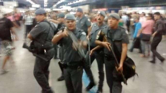 Estação de trem vira cenário de guerra após chuva em SP