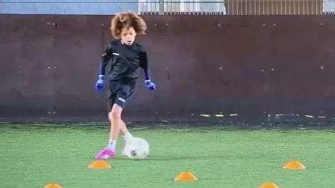 """""""Pequeno David Luiz"""" mostra mais habilidade que muito adulto"""