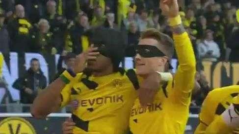 Alemão: Dortmund marca e dupla se fantasia de Batman e Robin