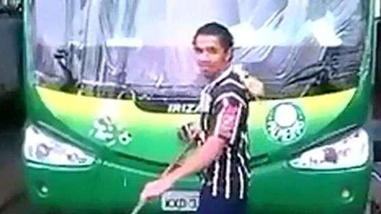 Corintiano lava ônibus do Palmeiras e sofre com gozações