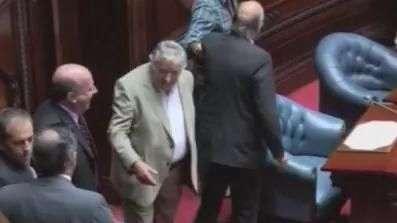 Mujica assume cadeira no Senado após deixar a presidência