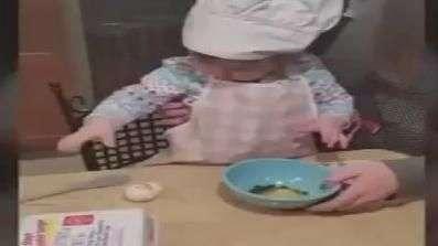 Quer aprender a quebrar um ovo? Menina de 1 ano ensina