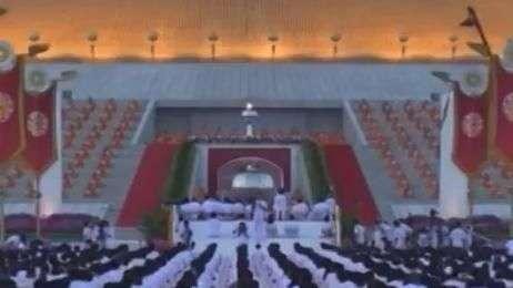 Milhares de monges e fiéis budistas celebram o Makha Bucha