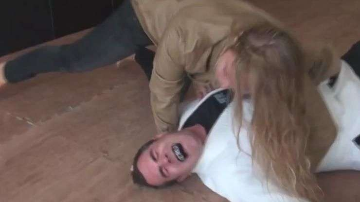 Não sabe brincar! Ronda Rousey quebra costela de repórter