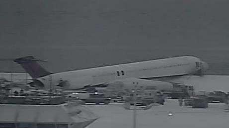 Avião derrapa na neve e bate em cerca durante pouso em NY