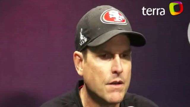 Jim Harbaugh molesto por holding no marcado