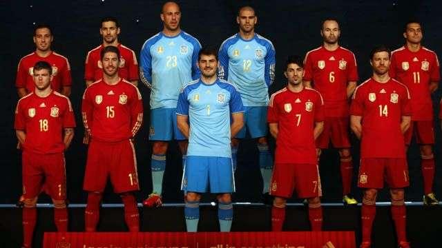 España presenta uniforme para defender título en el Mundial