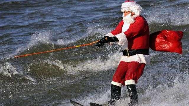 Papá Noel llega esquiando y buceando a EE.UU.