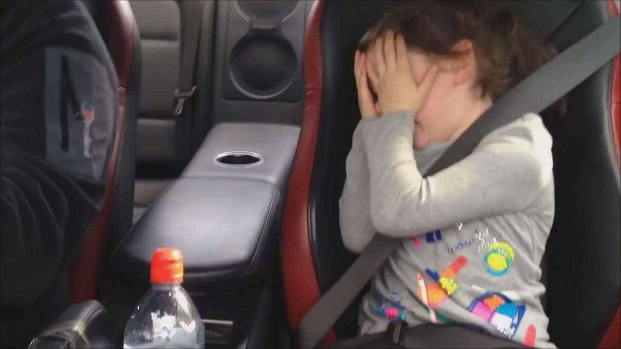 Divertida reacción de está niña en carro a máxima velocidad