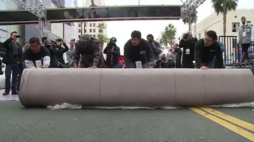 Tapete vermelho do Oscar é estendido e espera chegada de famosos