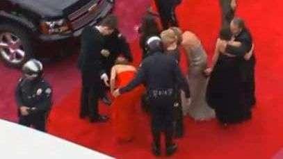 Jennifer Lawrence se arruma após segundo tombo em Oscar