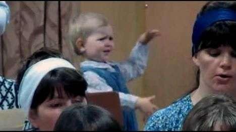 Reviva como niña dirige un coro de una iglesia