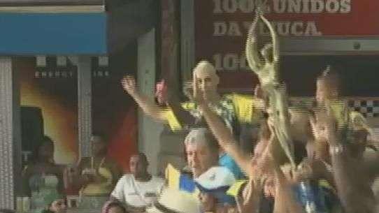 Foliões fazem a festa com a taça na quadra da Unidos da Tijuca