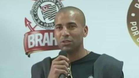 Emerson Sheik invade coletiva de Gil e se despede do Corinthians