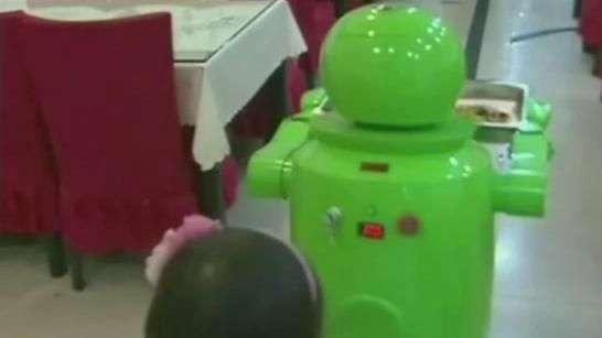 Conheça restaurante em que robôs cozinham e servem pratos