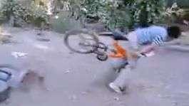 "Tarro, Tarro! Video de fallida ""hazaña"" en bicicleta"