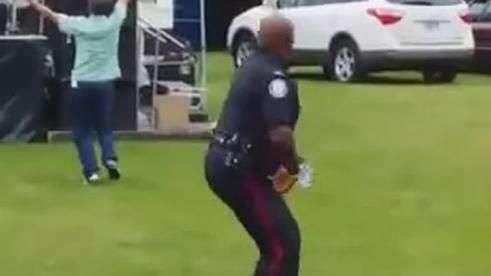 Policial não resiste e cai na dança em festival no Canadá