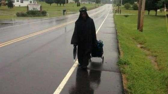 Misteriosa mujer de negro recorre las carreteras de EE.UU.