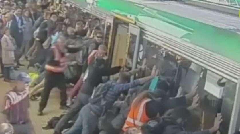 Passageiros empurram trem para salvar homem preso em vagão