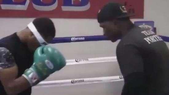 Boxeador faz treino com olhos vendados, mas perde luta