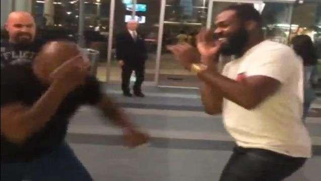 """Mike Tyson vence Jon Jones em """"luta"""" na rua; veja"""