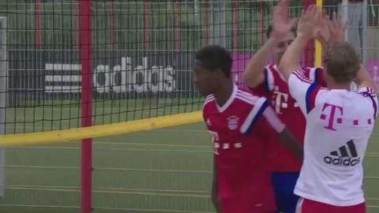 Astros do Bayern de Munique jogam vôlei de praia após treino
