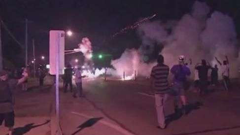 Câmera entra no meio de protestos violentos após morte de jovem negro