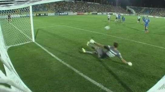 Goleiro pega dois pênaltis no mesmo jogo na Rússia; veja
