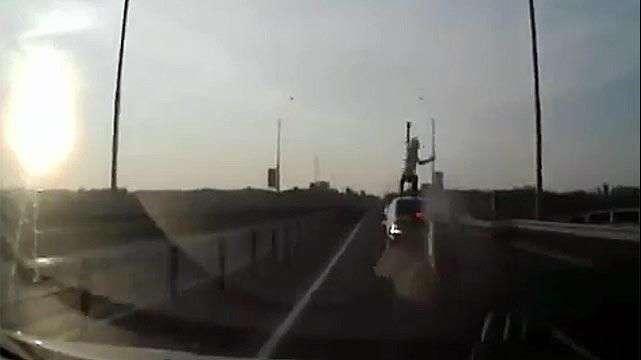 Acrobático accidente de un motociclista en Rusia