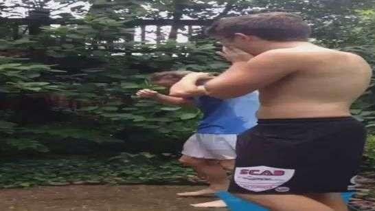 Jovem erra calcula ao tentar molhar amigo em desafio do balde