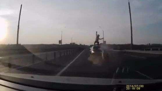 Video: Motociclista ruso se salva de morir de una manera increíble