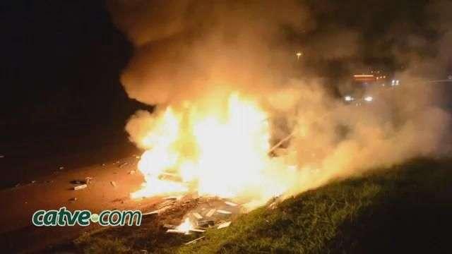 Carro com cigarros contrabandeados incendeia após acidente na BR 467