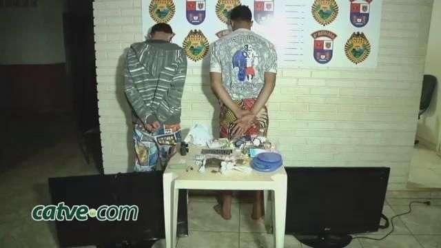 Dupla é detida com maconha e produtos furtados no Santa Cruz