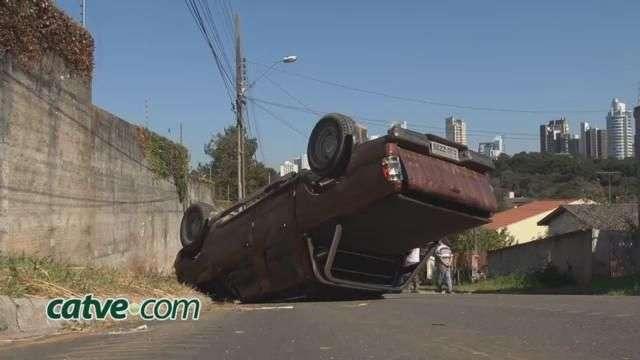 Motorista fica ferido ao tentar parar caminhonete desgovernada