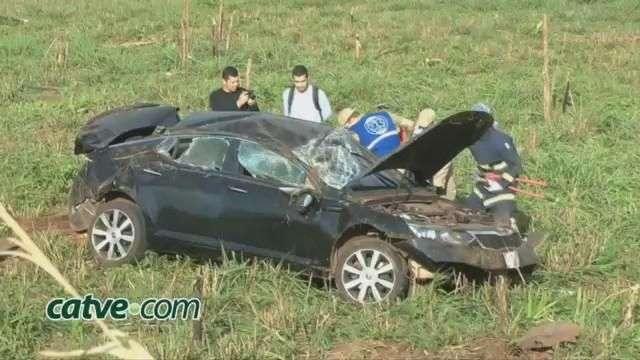 Veículo paraguaio capota em Foz com mulher grávida e duas crianças