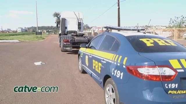 Ao acessarem trevo, caminhão e carro batem na marginal da BR 277