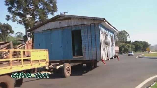 Casa de madeira é transportada pela BR 277 sob escolta da PRF