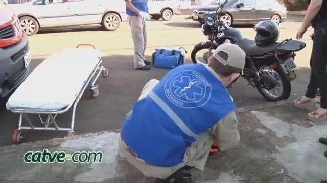 Motociclista bate na traseira de carro e sofre fratura