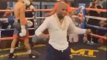 """Boxeador mais rico do mundo dança e """"tira onda"""" de pugilista"""