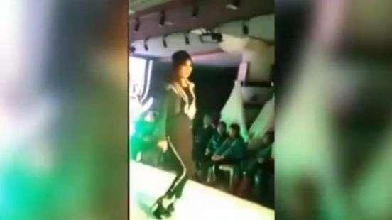 Siempre digna: Modelo sufre con zapatos en desfile