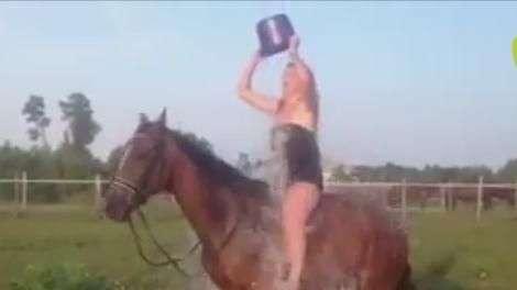 Mulher cai de cavalo após sensualizar no desafio do gelo