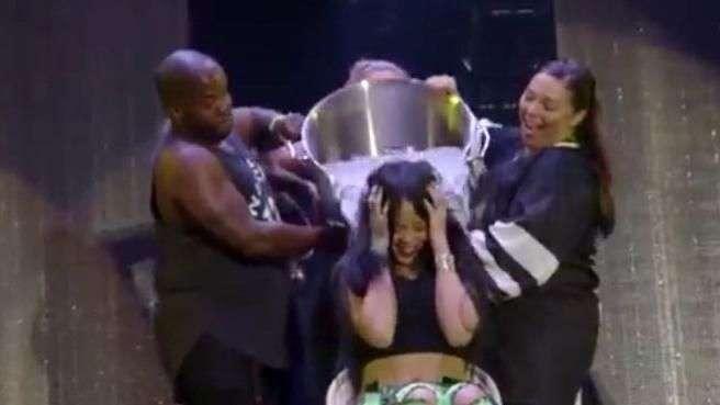Rihanna y Eminem hacen Ice Bucket Challenge en concierto