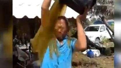 """Este hombre improvisa """"baldazo"""" con asqueroso elemento"""
