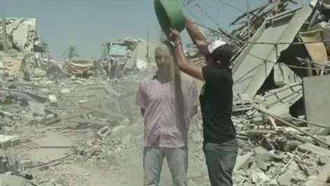 Desafio do balde de gelo é feito com entulho em Gaza