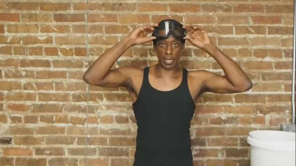 Orlando Jones protesta con balas al estilo Bucket Challenge