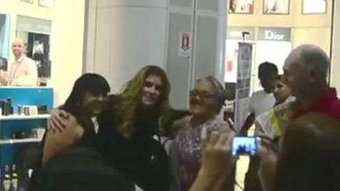 Deborah Secco causa alvoroço em aeroporto