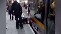 Passageiro flagra grupo levantando bonde para salvar garota