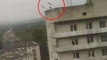 Impactante registro: supuesto ladrón cae desde edificio